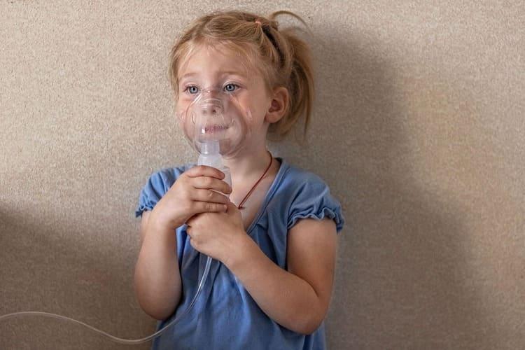dziewczynka inhalacja